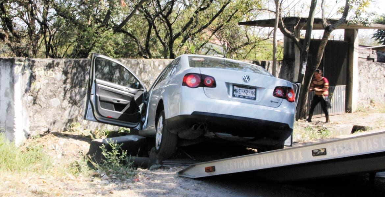 El vehículo. Un auto Bora fue asegurado por policías estatales, luego de que fuera abandonado por dos ladrones tras robar una casa.