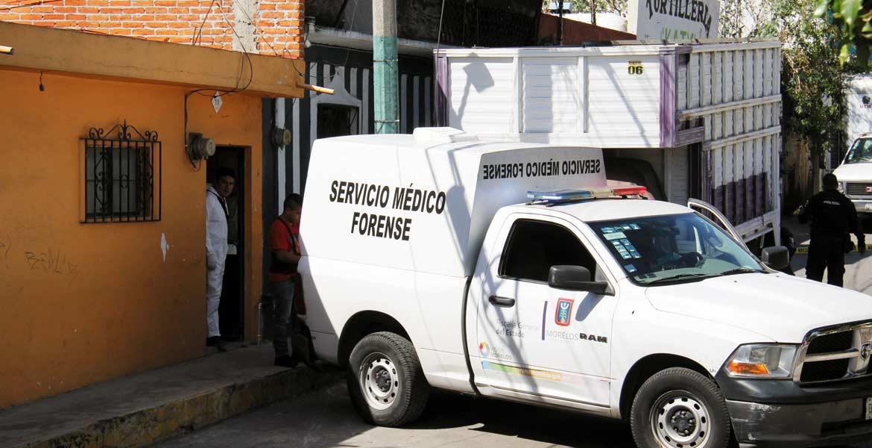 Diligencias. Peritos en criminalística del Semefo ordenaron el levantamiento del cadáver del señor asesinado en su casa de Jiutepec.