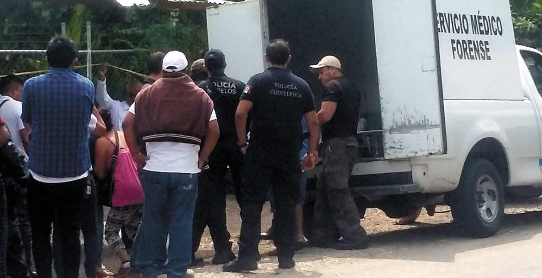 Yautepec, MORELOS.- Un hojalatero fue asesinado de tres balazos, tras ser emboscado presuntamente por dos sujetos armados, en el interior de su negocio en la carretera a Ticuman, a la altura de la colonia San Juanito, de Yautepec.