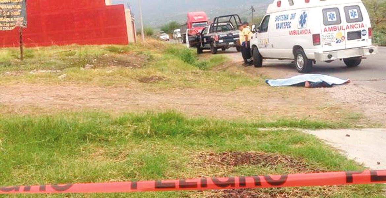 El crimen. Un hombre fue asesinado de seis balazos tras ser emboscado por varios sujetos armados, cuando caminaba por la carretera Yautepec-Ticumán, a la altura de la colonia El Rocío, de Yautepec.