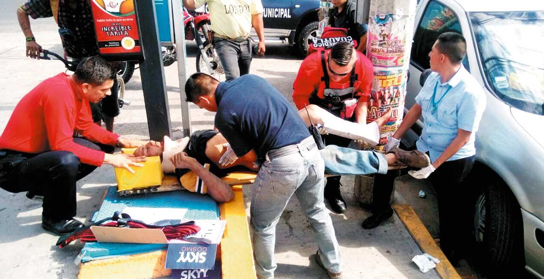 Atención. Un joven resultó lesionado al sufrir una fractura expuesta en la pierna izquierda, tras ser atropellado por un vehículo desconocido en Cuautla.