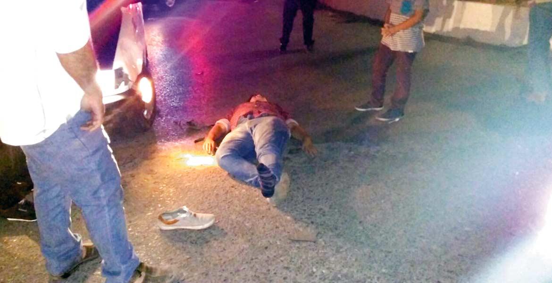 Auxilio. Un sujeto resultó lesionado al impactarse contra un taxi, cuando viajaba en su moto por la avenida Temixco, de la colonia Palo Escrito, de Temixco.