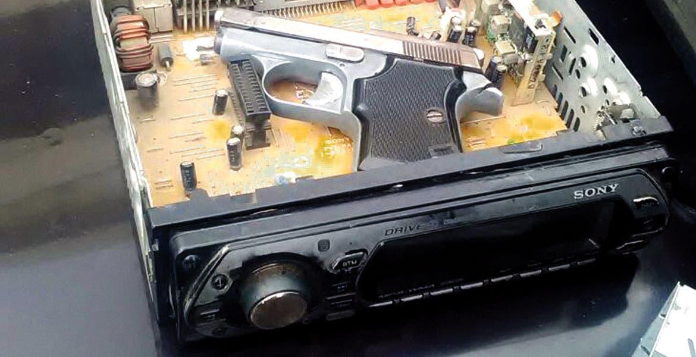 La pistola. Una escuadra calibre .25 fue hallada oculta en un autoestéreo.