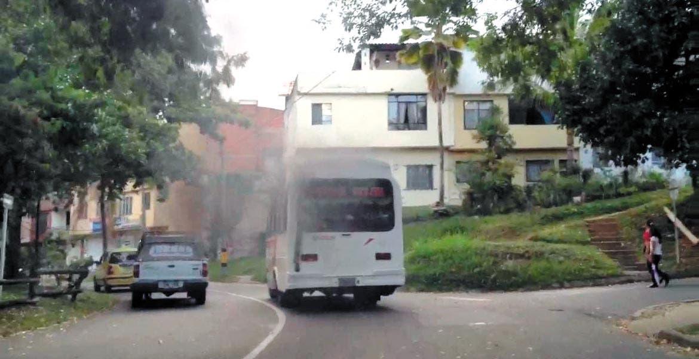 Problemática. Unidades del transporte público y particulares contaminan sin ser sancionadas en la zona metropolitana.