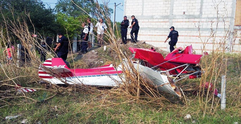 Aeronave. Así quedó la avioneta luego de que el piloto perdiera el control debido a una falla mecánica, cuando descendía en una pista privada del poblado de Chiconcuac, en Xochitepec