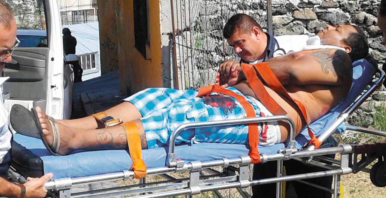 jAtención. Una pareja y un hombre que se encontraban realizando una compra-venta de un 'vocho' fueron lesionados a balazos por dos sujetos armados que huyeron en una moto, en la colonia Lagunilla.