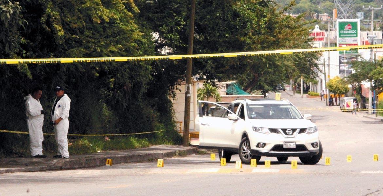 Hechos. La camioneta en la que viajaban Servando e Idolina, con varios impactos de bala; las autoridades también aseguraron un Seat Ibiza color blanco, donde viajaban los agresores.