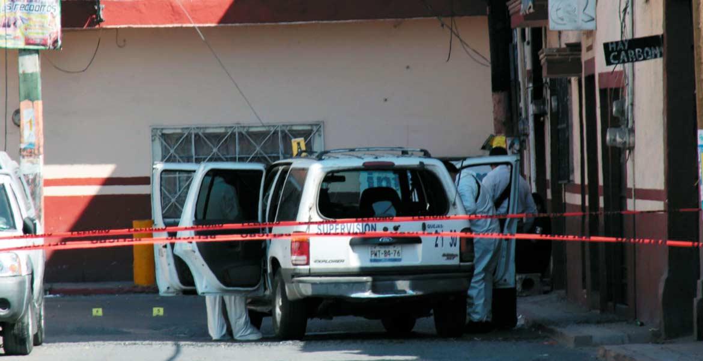 Ataque. Peritos en balística del Semefo realizaron las diligencias necesarias, luego de que dos policías de Xochitepec fueran emboscados y baleados por dos sujetos.