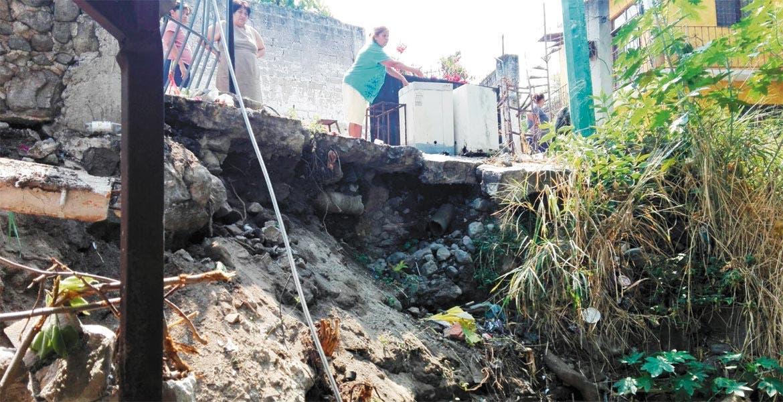 Afectaciones. Una barda se desplomó sobre una vivienda, ubicada en la calle Prolongación Villa de Ayala, de la colonia Mina 5, dañando la tubería de la casa.
