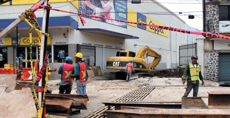 Trabajadores continúan con las labores de contención del agua en la barranca Pilancón, para evitar mayores desgajamientos, donde hace unos días una estructura se vino abajo.