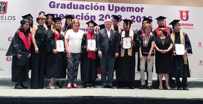 Del recuerdo. El Gobernador Graco Ramírez acompañado por Elena Cepeda, presidenta del DIF estatal, durante la graduación de 469 estudiantes de la Upemor.
