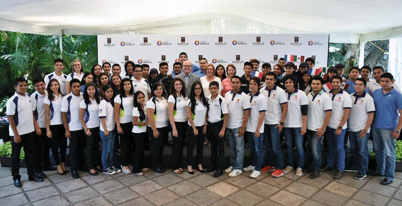 La del recuerdo. El Gobernador Graco Ramírez acompañado por estudiantes de diferentes instituciones quienes estarán en países como Estados Unidos, Canadá, Francia y España