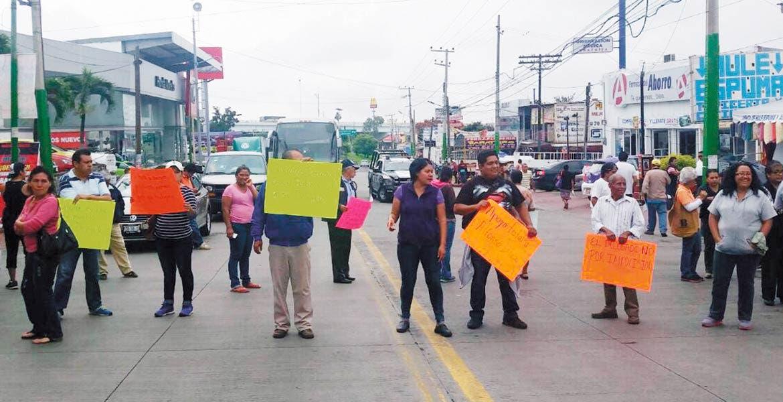 Bloqueo.Por lo menos nueve horas mantuvieron el cierre de la avenida Morelos en demanda de la salida de Sergio Marín, de la Delegación Lázaro Cárdenas.