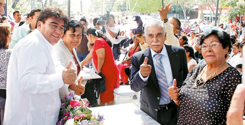 Celebración. Doña Lupe y don Luis, quienes llevaban 35 años viviendo juntos, ayer se unieron en matrimonio civil en Jiutepec