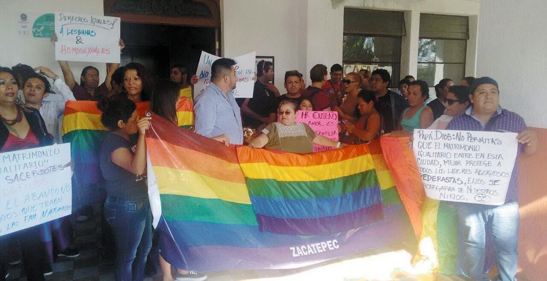 Protestas. Grupos a favor de los matrimonios igualitarios se manifestaron ayer afuera de las oficinas municipales, en respaldo al aval a las bodas gay. Algunos vinieron incluso desde Zacatepec.