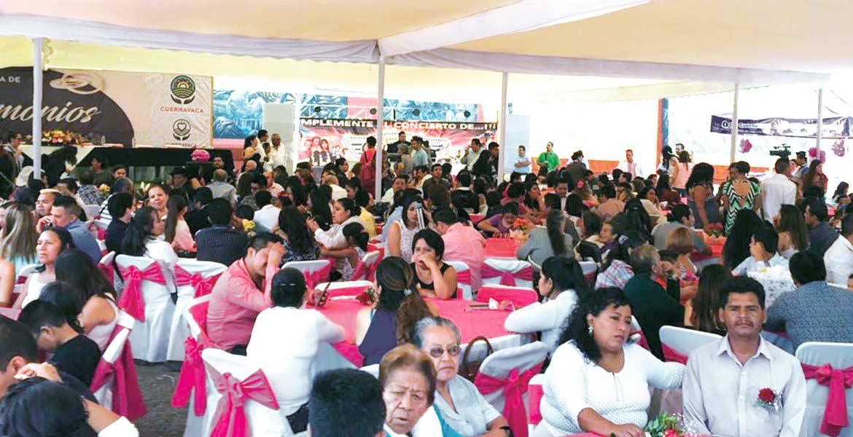 Comida. Al menos 700 invitados acompañaron en la ceremonia y festejo a las parejas, que finalmente tienen en orden los documentos que acreditan su unión.
