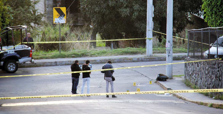 Diligencias. La cabeza de un hombre embolsada y con una narcolona firmada por el Cártel de Jalisco Nueva Generación, fue hallada en la avenida Conalep, de la colonia Azteca, de Temixco, a unos metros de la escuela.