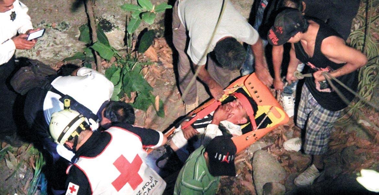 Salvan. Un taxista fue rescatado con vida tras caer junto con su taxi a un barranco de aproximadamente 100 metros en Chula Vista