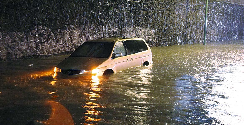 Encharcamiento. Una camioneta quedó varada en la unidad habitacional las Torres de Civac, en Jiutepec, al inundarse una calle.