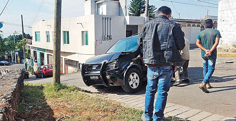 Impacta camioneta contra barda en Cuernavaca