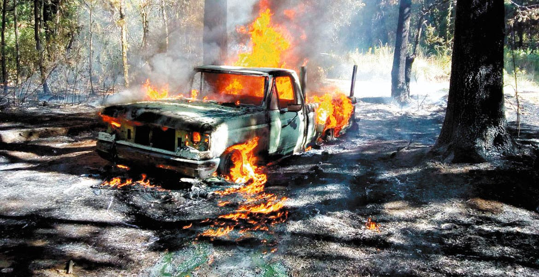 Explotan dos vehículos cargados de combustible ilegal