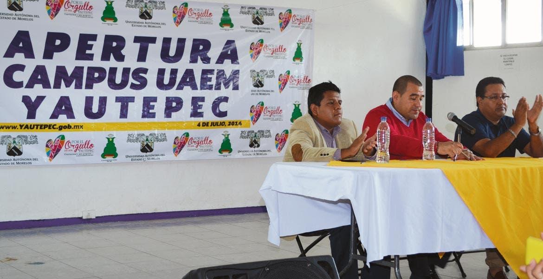 Presentación. El alcalde Agustín Alonso anunció la apertura de carreras junto con el presidente de la FEUM, Israel Reyes, y el director de la prepa ARA, César Torres.