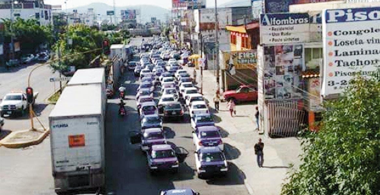 Desesperación. Filas interminables de vehículos se pudieron ver sobre el bulevar Cuauhnáhuac; cientos de personas ya no pudieron llegar a sus trabajos.