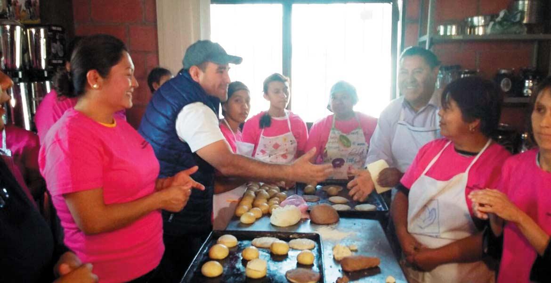 En marcha. El alcalde Agustín Alonso Gutiérrez saluda a las participantes en el taller de repostería, que tiene como finalidad que las mujeres comercialicen el producto y generen empleos.