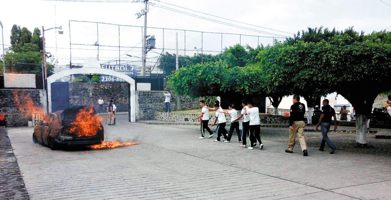 Contingencia. Alumnos de la secundaria 13 participaron en un simulacro del incendio de un vehículo.