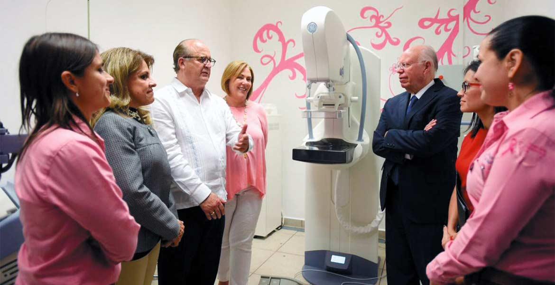 Orgullo. En junio, el secretario de Salud federal conoció el mastógrafo digital que facilita los diagnósticos. Lo mostraron, el Gobernador Graco Ramírez, la presidenta del DIF, Elena Cepeda, y la secretaria de Salud, Patrica Mora.
