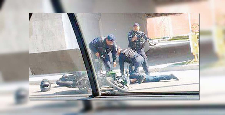 Detención. Dos sujetos fueron capturados tras balear una casa en la colonia Barona, de Cuernavaca.