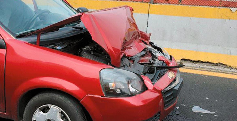 Encontronazo. Así quedó el Monza, luego de que el conductor impactara la parte trasera de una camioneta, una estaquitas y un taxi en la autopista.