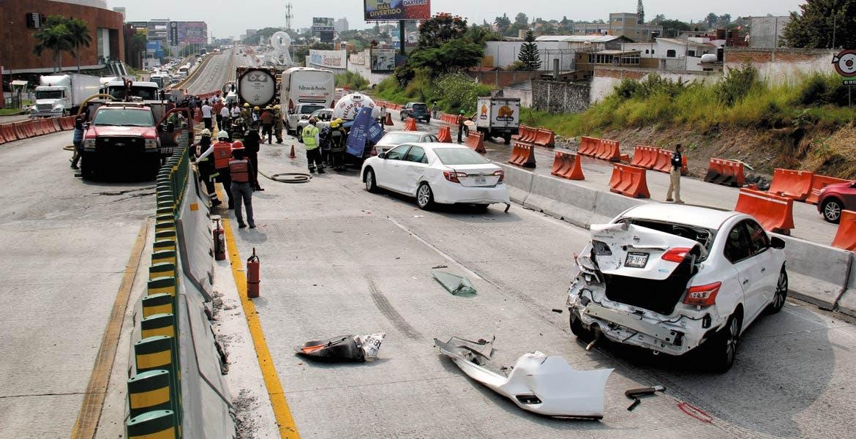 Accidente. Nueve vehículos fueron impactados por un tráiler cargado con cianuro, el cual presuntamente se quedó sin frenos y los arrolló cuando circulaba por la obra del Paso Express.