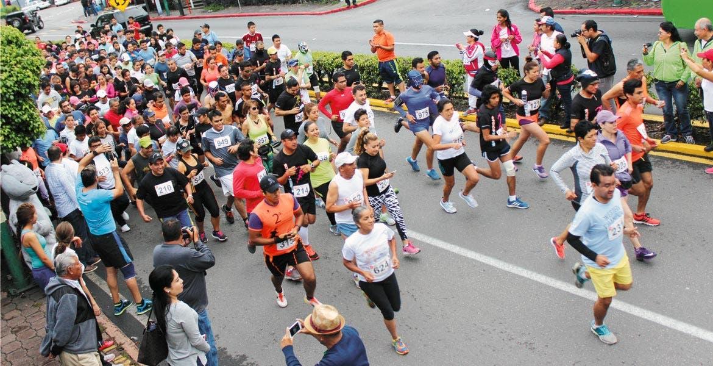 Participación. Familias enteras salieron a las calles para participar en esta justa deportiva de 5 kilómetros. El punto de arranque fue Tlaltenango.