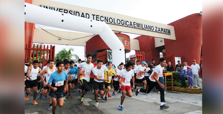 Al menos mil 200 jóvenes de la UTEZ participaron en la carrera por la Educación, que se realizó simultáneamente en la UTSEM y en más de cien universidades del país.
