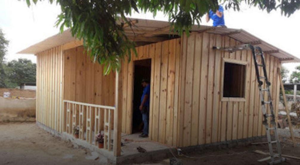 Construyen primera casa de madera a familia damnificada en - Fotos de casas de campo de madera ...
