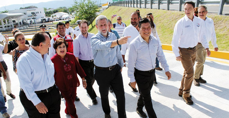 Recorrido. El director general de Capufe, Benito Neme, acompañado de Matías Quiroz y la alcaldesa de Temixco, durante la supervisión previa a la puesta en operación de la plaza de cobro.