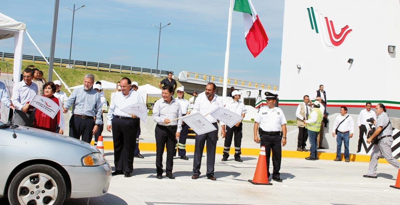 Banderazo. Autoridades federales, estatales y municipales, presentes durante la inauguración de la caseta.