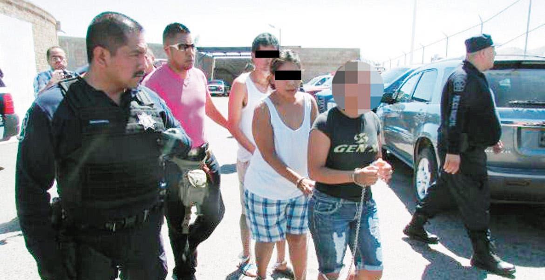 Secuestradores. Karla (de negro) fue encontrada culpable del secuestro de Jair; el 26 de junio del 2013 fue detenida con Sabina Sánchez Palma y José Antonio Vergara.