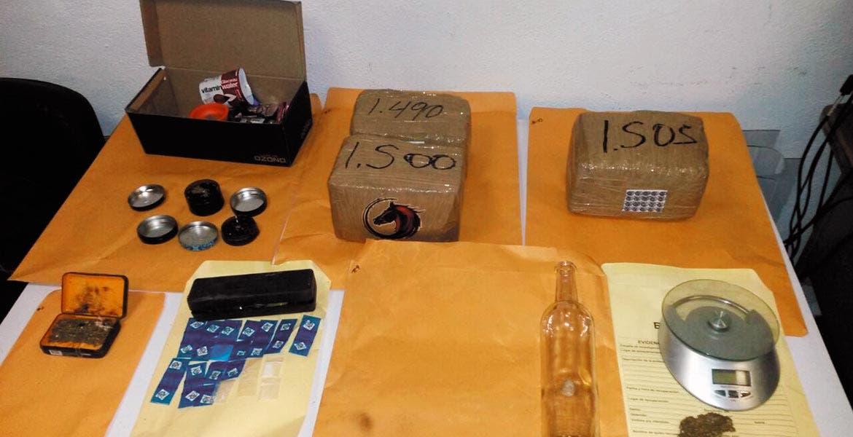 Cateo. Cuatro y medio kilos de mariguana, 26 dosis de cocaína, dos radios de comunicación y documentos, fueron decomisados por agentes de la Policía de Investigación Criminal (PIC), tras catear una casa usada para vender y distribuir drogas en Jojutla.
