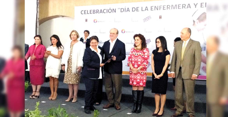 Reconocimiento. Graco Ramírez acompañado por la titular de Salud, Ángela Patricia Mora González, durante la entrega de diplomas a enfermeros.