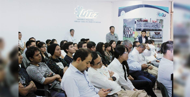 Atestiguan. La comunidad de la UTEZ fue testigo de la entrega del la acreditación al rector y a la coordinadora del CDS.