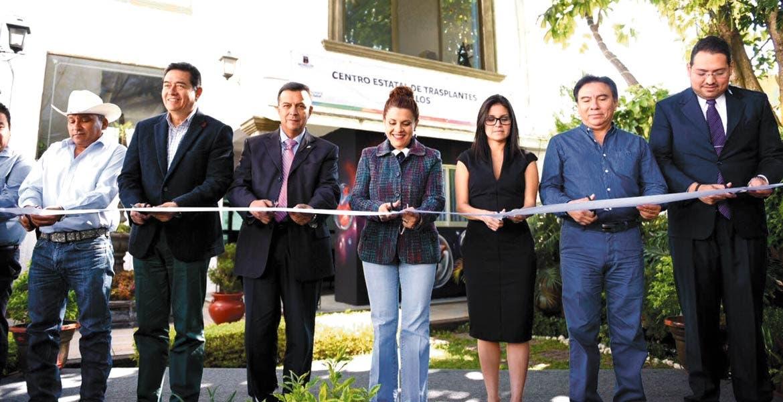 Corte de listón. Autoridades del sector salud inauguran el Centro Estatal de Trasplantes, en la colonia Buenavista.