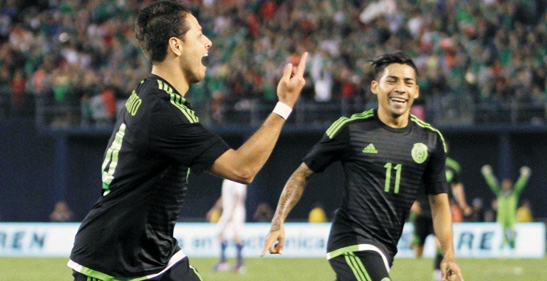Felices 28. El delantero Javier Hernández festejó su cumpleaños con el gol de la victoria en San Diego.