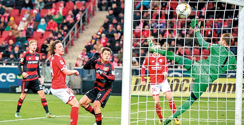 ¡Otra vez! Javier Hernández marca su decimocuarto gol en el certamen.
