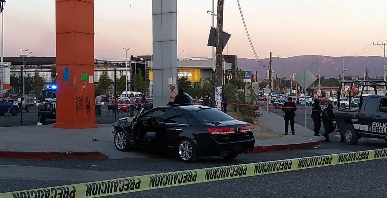 Identifican a sujeto asesinado afuera de supermercado en Temixco