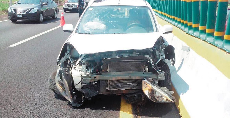 Percance. Una mujer destrozó su coche tras chocar contra el muro de contención, cuando circulaba por la autopista México-Acapulco, a la altura de Xochitepec.
