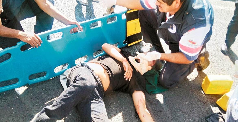 Atención. Alejandro resultó lesionado al chocar en su moto contra un auto, cuando circulaban por la autopista Cuautla-Oaxtepec, a la altura de la colonia Año de Juárez.