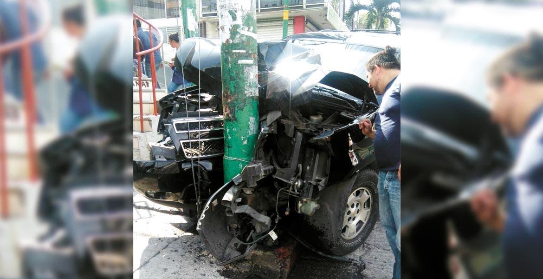 El vehículo. Tres jóvenes resultaron lesionadas tras destrozar su camioneta contra un poste de CFE en bulevar Juárez, de la colonia Las Palmas, de Cuernavaca.