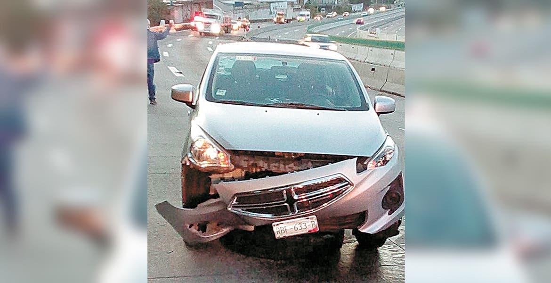 Impacta auto vs llanta en Paso Express Cuernavaca